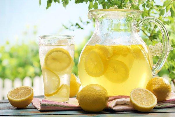 acqua e limone la mattina